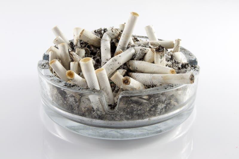 Zigaretten in einem Aschenbecher stockfotografie