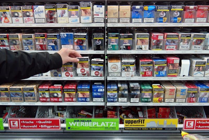 Zigaretten in einem Supermarkt stockfotos