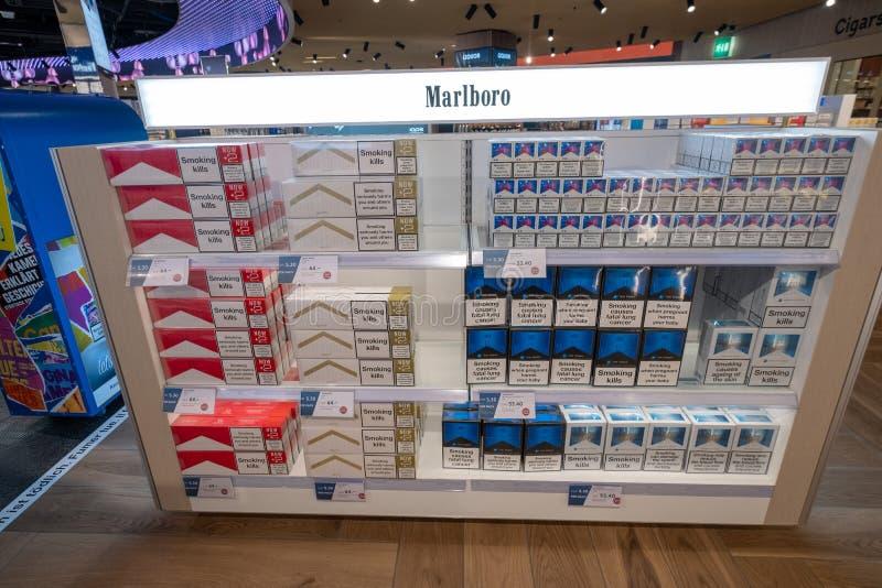 Zigaretten für Verkauf am Duty-free-Shop stockbilder