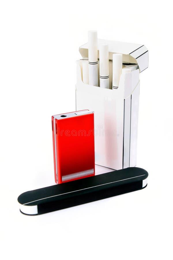 Zigaretten, Feuerzeug und Abgleichungen lizenzfreie stockfotos