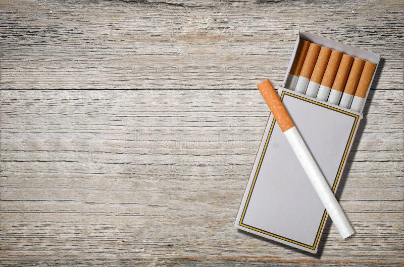 Zigaretten im Matchkasten lizenzfreie stockfotos