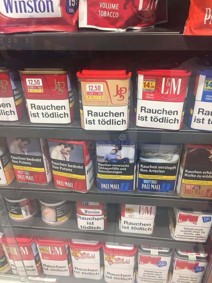 Zigaretten mit Verpackenwarnungen stockbilder