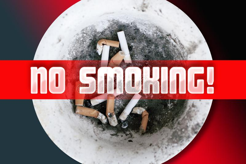 Zigarettenkippen in einer schmutzigen Platte lizenzfreie stockfotografie