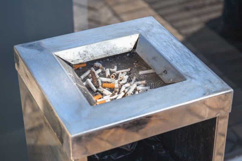 Zigarettenkippen oder Stand-loser Behälter der Stummel öffentlich nahe Mall Das Rauchen ist schlecht stockbilder