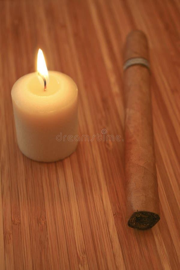 Zigarre und Kerze stockfotos