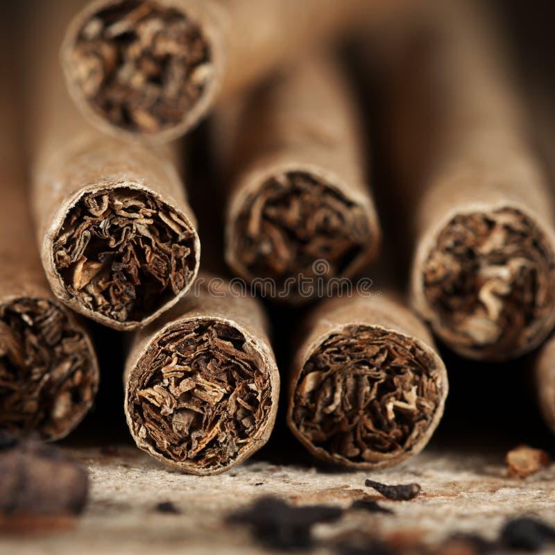 Zigarren häufen auf Holz an stockbilder