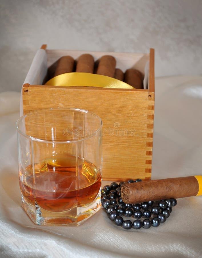 Zigarren, Kognak und Perlen lizenzfreies stockbild
