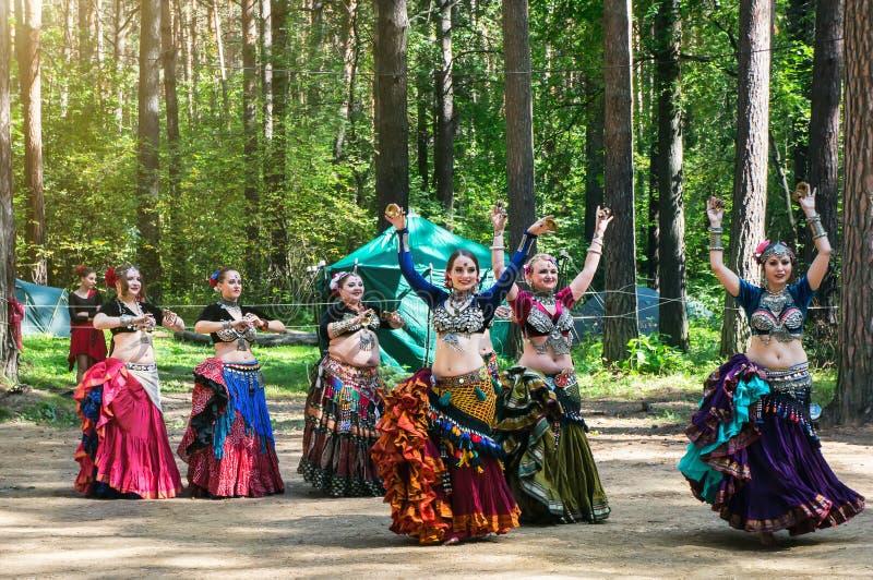 Zigenarekvinnadans etnisk festival royaltyfri fotografi