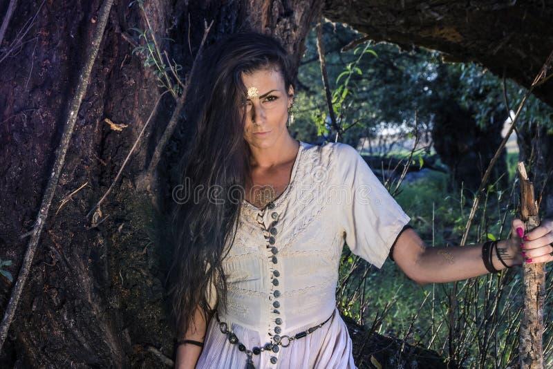 Zigensk kvinna i skogen arkivbild