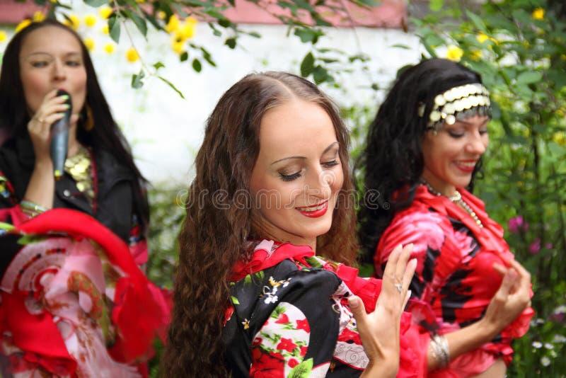 Zigensk musikbanddans arkivfoto