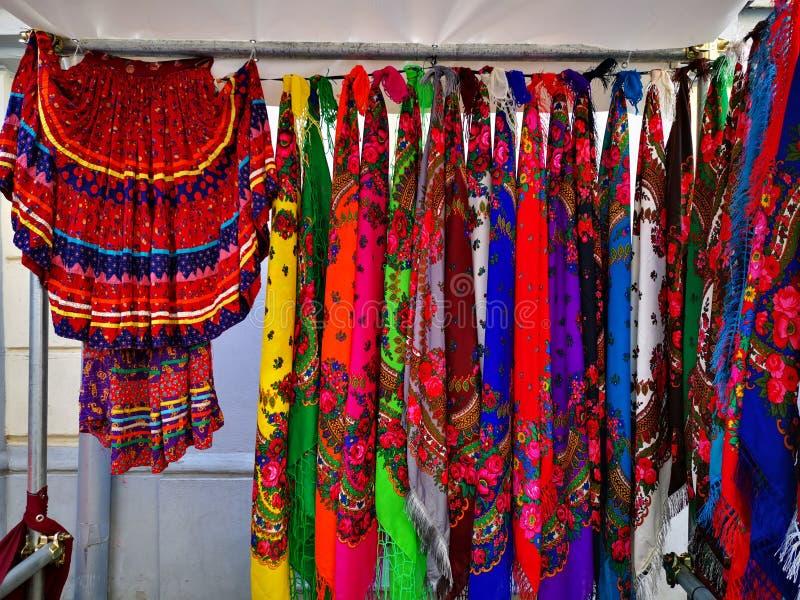 Zigenska kjolar - kulöra kjolar och scarves arkivfoto