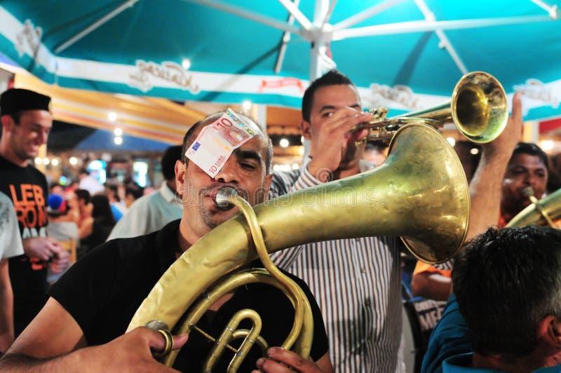 Zigenska konstnärer som utför på den Guca trumpetfestivalen royaltyfri fotografi