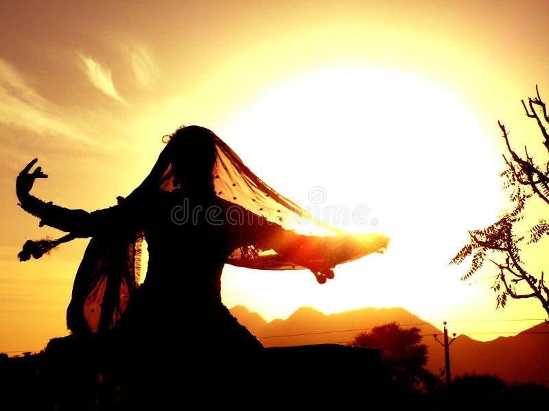 Zigeuner die tegen zon danst royalty-vrije stock afbeelding