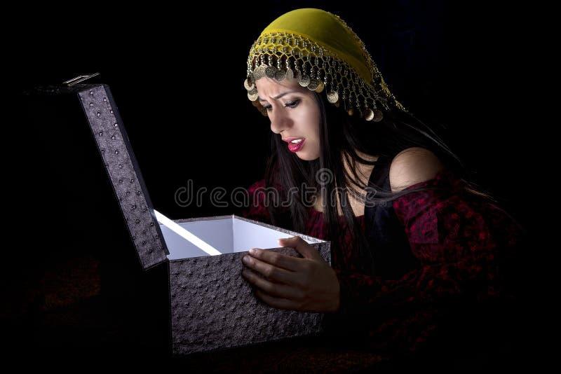 Zigeuner mit Schatztruhe stockfoto