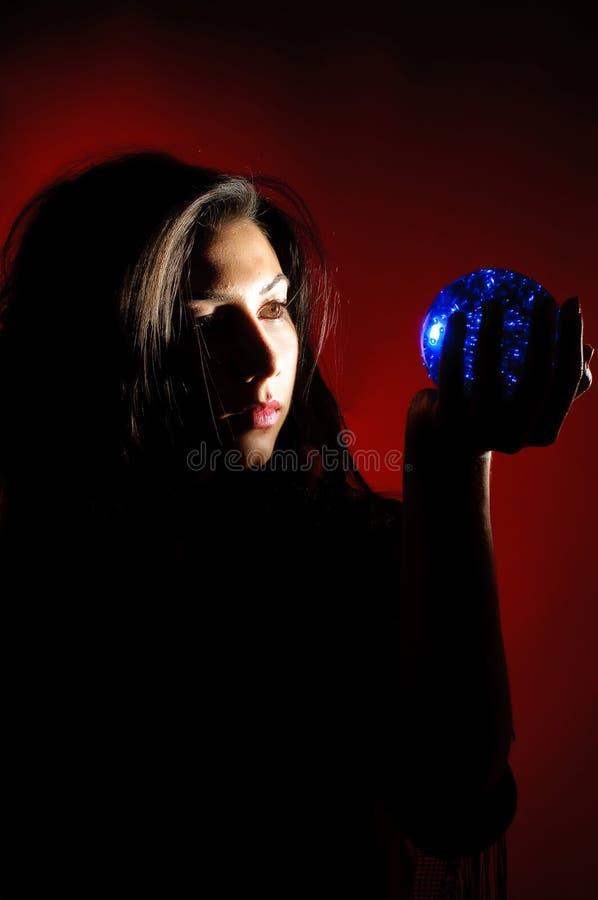 Zigeunerfrau mit christal Kugel lizenzfreies stockbild
