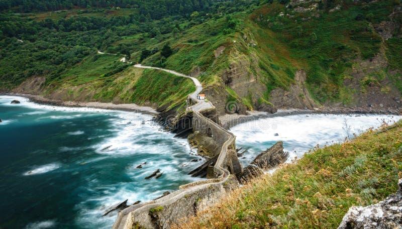 Zigzag con acqua di seta, vista superiore di San Juan de Gaztelugatxe fotografia stock libera da diritti