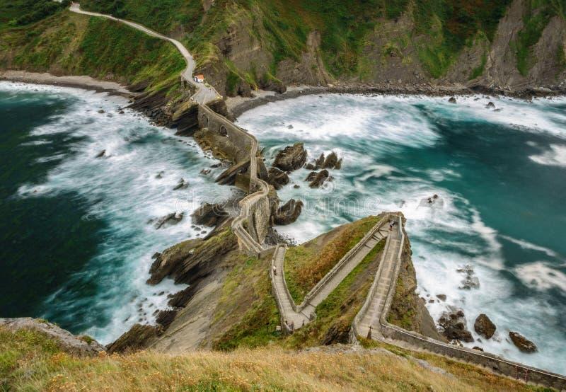 Zigzag di San Juan de Gaztelugatxe vista superiore di esposizione lunga fotografia stock libera da diritti