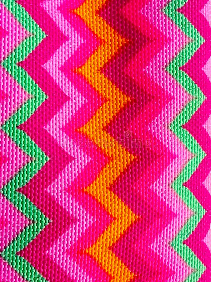 Zigzag luminoso sul modello del tessuto fotografie stock