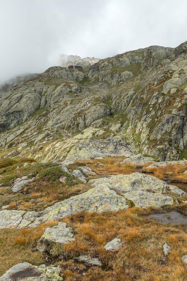Zigzag ripidi della traccia di escursione fino al rifugio di Blanc della bacca, Francia immagini stock