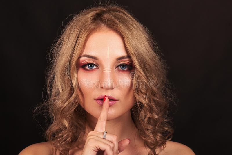 Zij is bang Mooi meisje met avondsamenstelling op een zwarte achtergrond royalty-vrije stock afbeelding