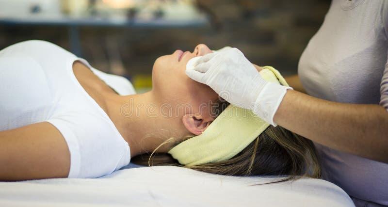 Zij bracht de dagen in het kuuroordcentrum die haar huid behandelen door royalty-vrije stock afbeeldingen