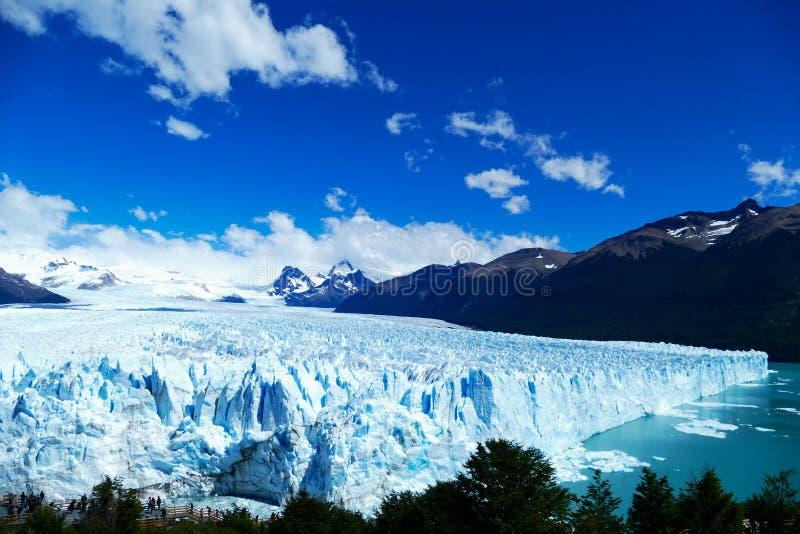 Zij en opgeheven mening van Perito Moreno Glacier stock fotografie