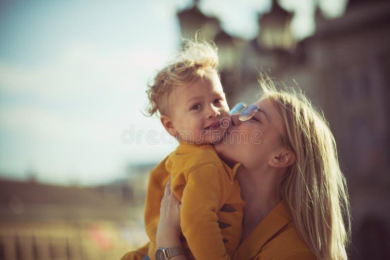 Zij houdt van hem te kussen stock afbeelding