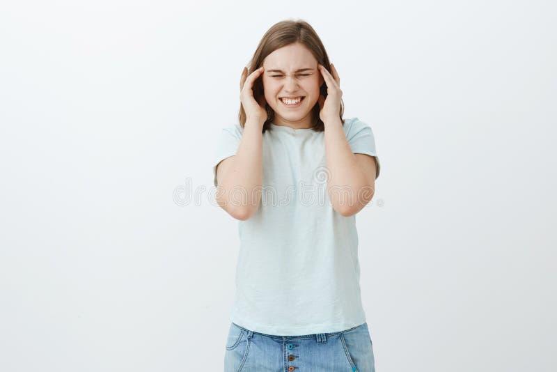 Zij kan geen druk tijdens medio termijnen behandelen Ontstemde intense vrouw die aan hoofdpijn, migraine lijden die tanden dichtk stock afbeelding