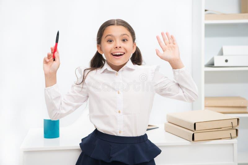 Zij kent juist antwoord Het kindmeisje draagt uitdrukking van het school de eenvormige bevindende opgewekte gezicht Kijkt het sch royalty-vrije stock afbeelding