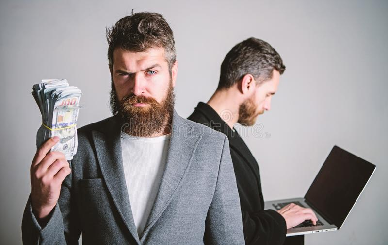 Zij weten het hoe te om geld te maken Team van Webontwikkelaar met laptop en afdelingschef met contant geldgeld developing stock afbeelding
