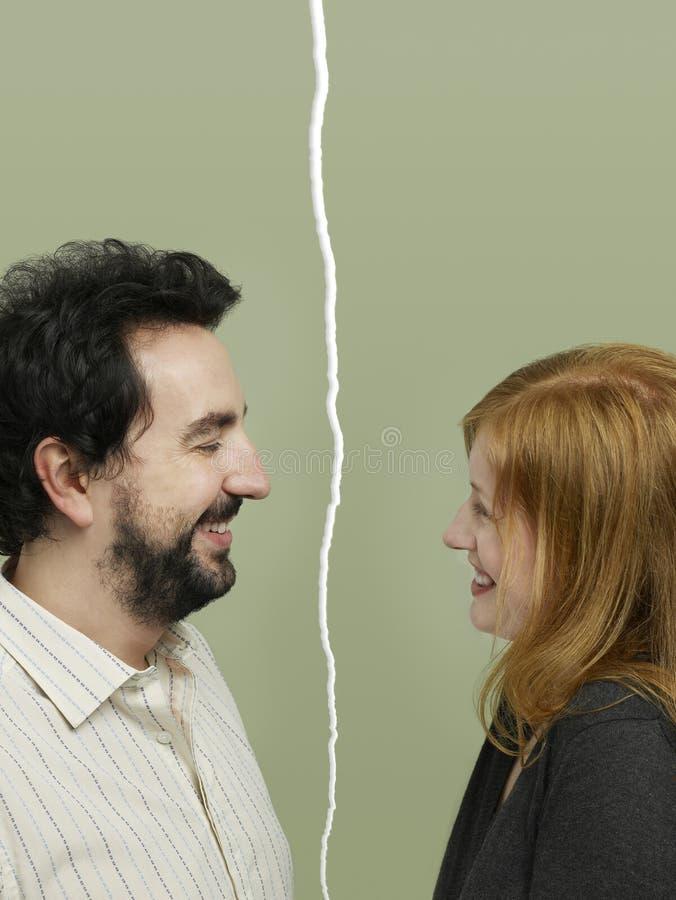 Zijaanzicht die van medio-volwassen paar verhoudingsmoeilijkheden onder ogen zien royalty-vrije stock foto's