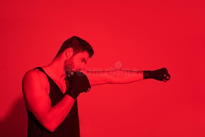 zijaanzicht die van die vechter maken met handen wordt geraakt met onder verbanden worden behandeld stock foto