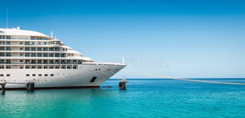 Zijaanzicht en boog van een gedokt cruiseschip op een de zomerdag met duidelijke blauwe hemel royalty-vrije stock foto