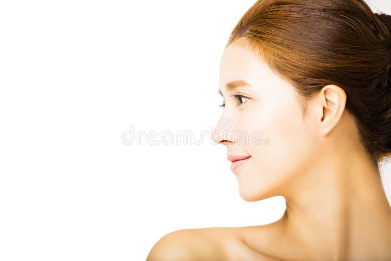 Zijaanzicht jonge glimlachende vrouw met schoon gezicht stock afbeeldingen
