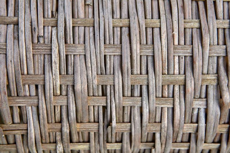 Zijaanzicht over oppervlakte van een oude rieten mand, close-up stock foto