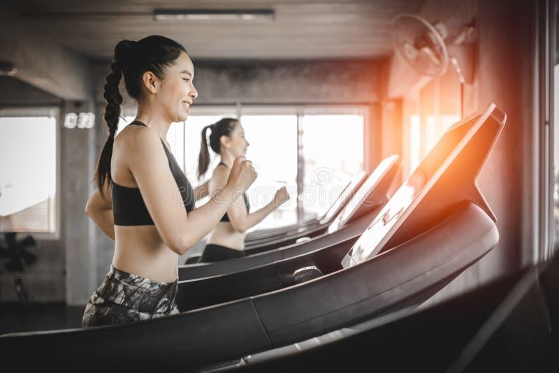 Zijaanzicht van aantrekkelijke sportenvrouwen op renbaan Gezond, Sporten, Levensstijl, Fitness concept stock foto's