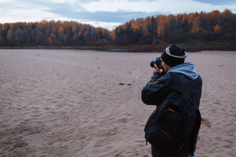 Zijaanzicht van amateurfotograaf die het de herfstlandschap van de bosweg schieten Landschapstherapie royalty-vrije stock afbeeldingen