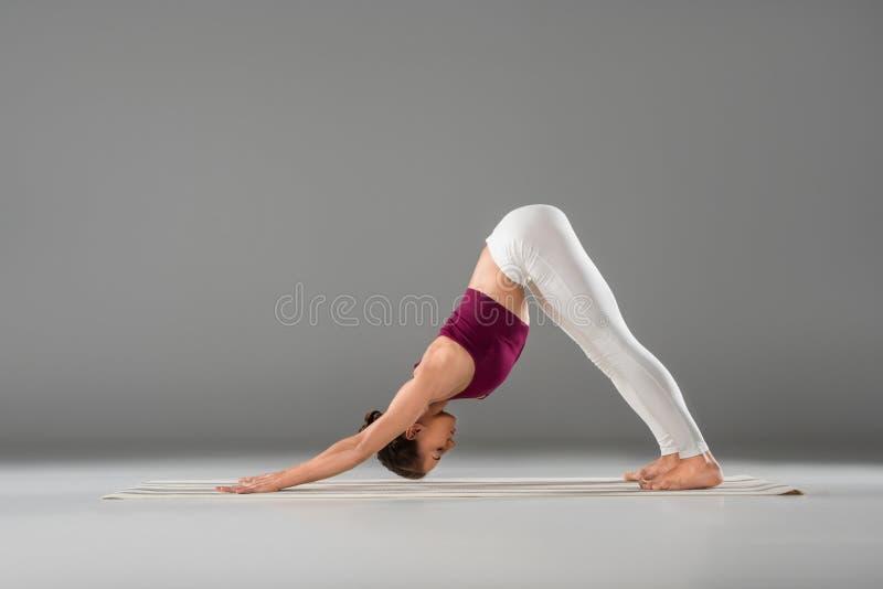 zijaanzicht van atletisch meisje in sportkleding die yoga uitrekkende oefening doen royalty-vrije stock foto
