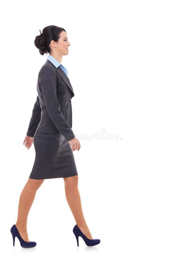 Zijaanzicht van bedrijfsvrouw het lopen royalty-vrije stock foto