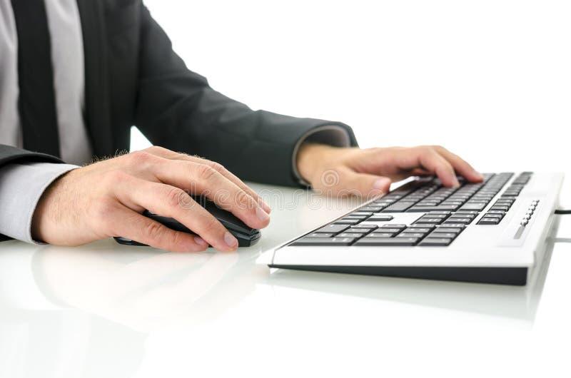 Zijaanzicht van de bedrijfsmens die computer met behulp van stock afbeeldingen