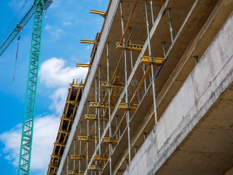Zijaanzicht van de bouw van flatblok, reusachtige kraan op de linkerkant van het beeld royalty-vrije stock fotografie