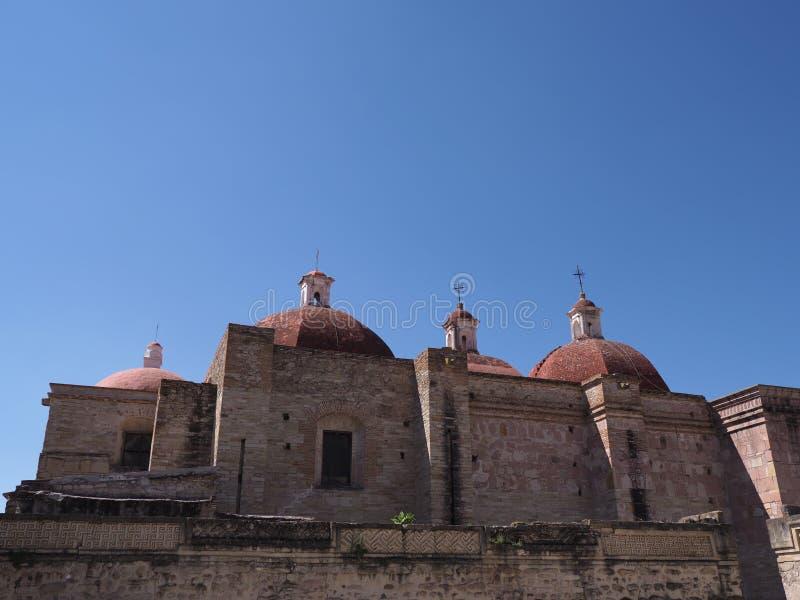 Zijaanzicht van de kerk van San Pedro in Mitla-stad, archeologische plaats van Zapotec-cultuur in Oaxaca-het landschap van de sta stock foto's