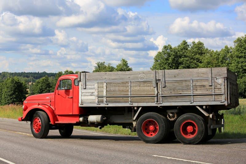 Zijaanzicht van de Klassieke Rode Vrachtwagen van Volvo N86 stock afbeeldingen