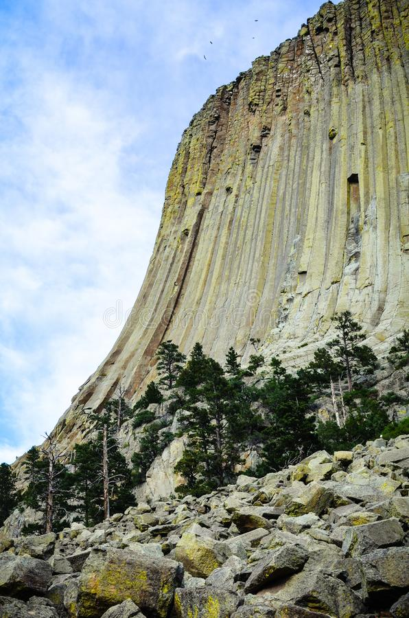 Zijaanzicht van Devlis-Toren Nationaal Monument in Wyoming Dit beeld behoort tot reeks die pics met id's omvat: 16095740, 1609534 stock afbeeldingen