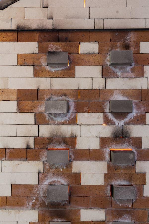 Zijaanzicht van een ceramische oven met vuren in proces, roet en sodanoteringen, binnenlandse zichtbare brand stock afbeeldingen