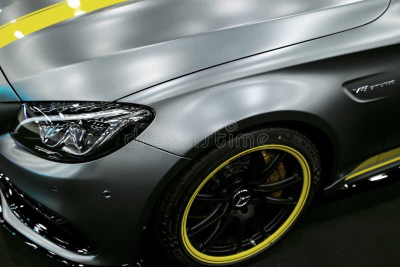 Zijaanzicht van een coupé 2017 van Mercedes Benz C 63s AMG Voor koplamp Auto buitendetails royalty-vrije stock foto