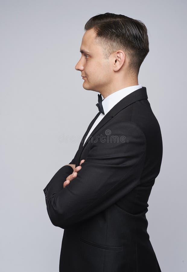Zijaanzicht van een elegante man met een tuxedo royalty-vrije stock afbeelding
