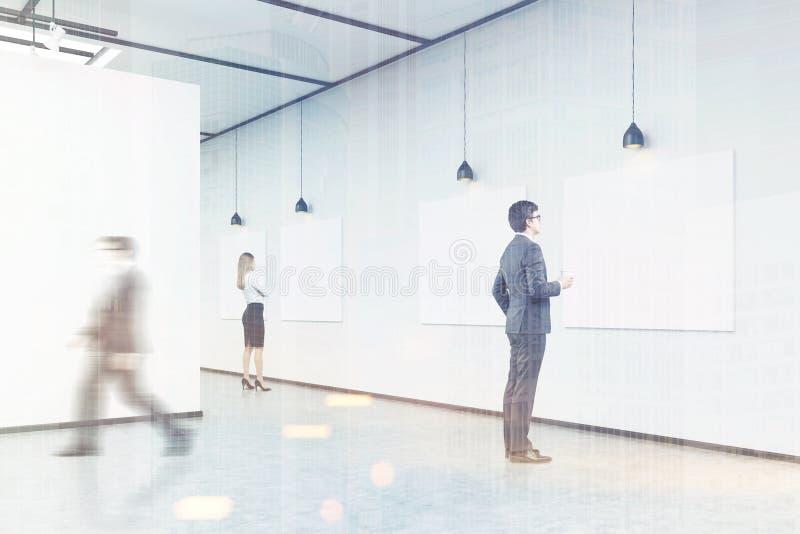 Zijaanzicht van een mens die met koffie affiches in een kunstschaafwond bekijken royalty-vrije illustratie