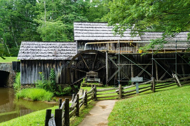 Zijaanzicht van een Nieuwe Goot bij Mabry-Molen, Blauw Ridge Parkway, Virginia, de V.S. stock foto's
