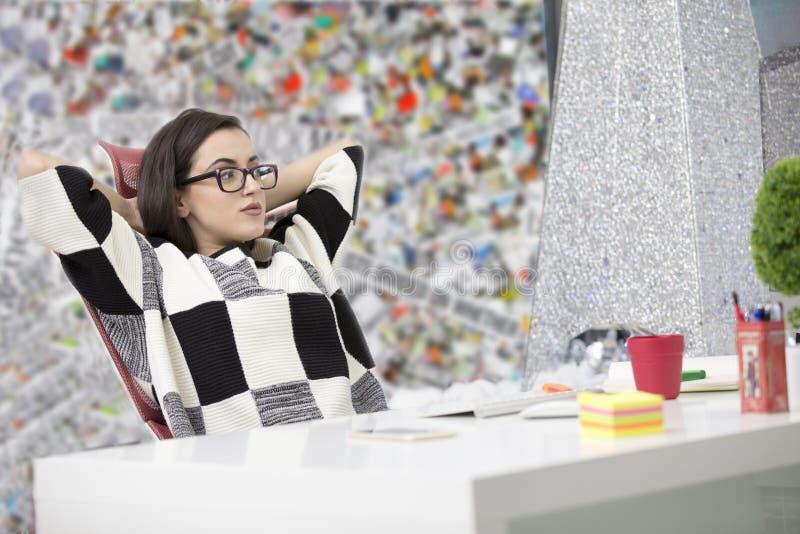 Zijaanzicht van een tevreden ondernemer met een nieuwe baan op kantoor stock fotografie